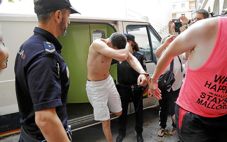 El detenido por la muerte del holandés en Son Banya admite que le golpeó y va a prisión.