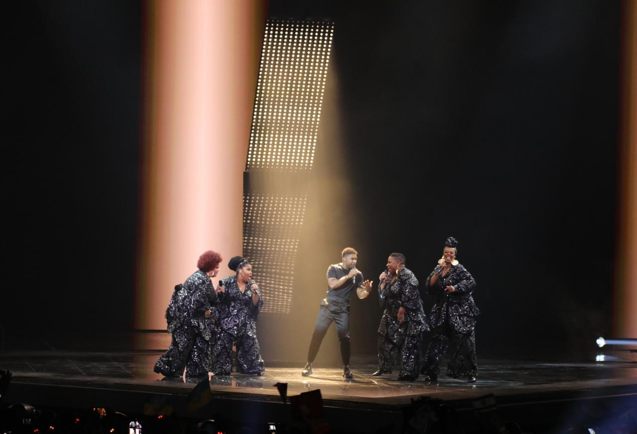 18 May 2019, Israel, Tel Aviv: Swedish singer John Lundvik performs during the final of the 2019 Eurovision Song Contest. Photo:
