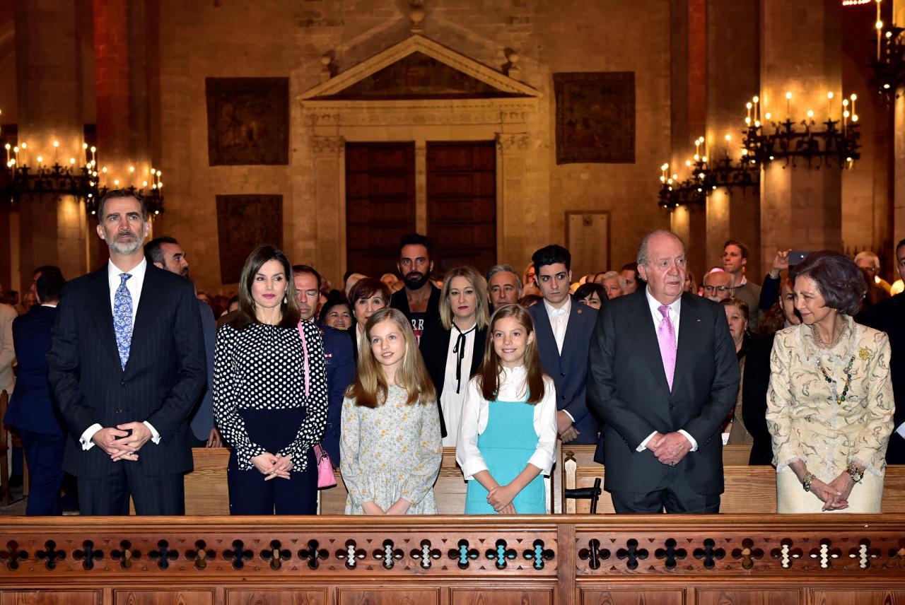 Los Reyes, don Juan Carlos y doña Sofía asisten a misa Resurrección en Palma