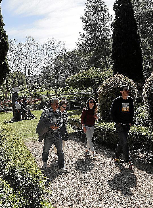 Un total de 1.390 personas visitaron los jardines del Palacio Marivent en su apertura al público.