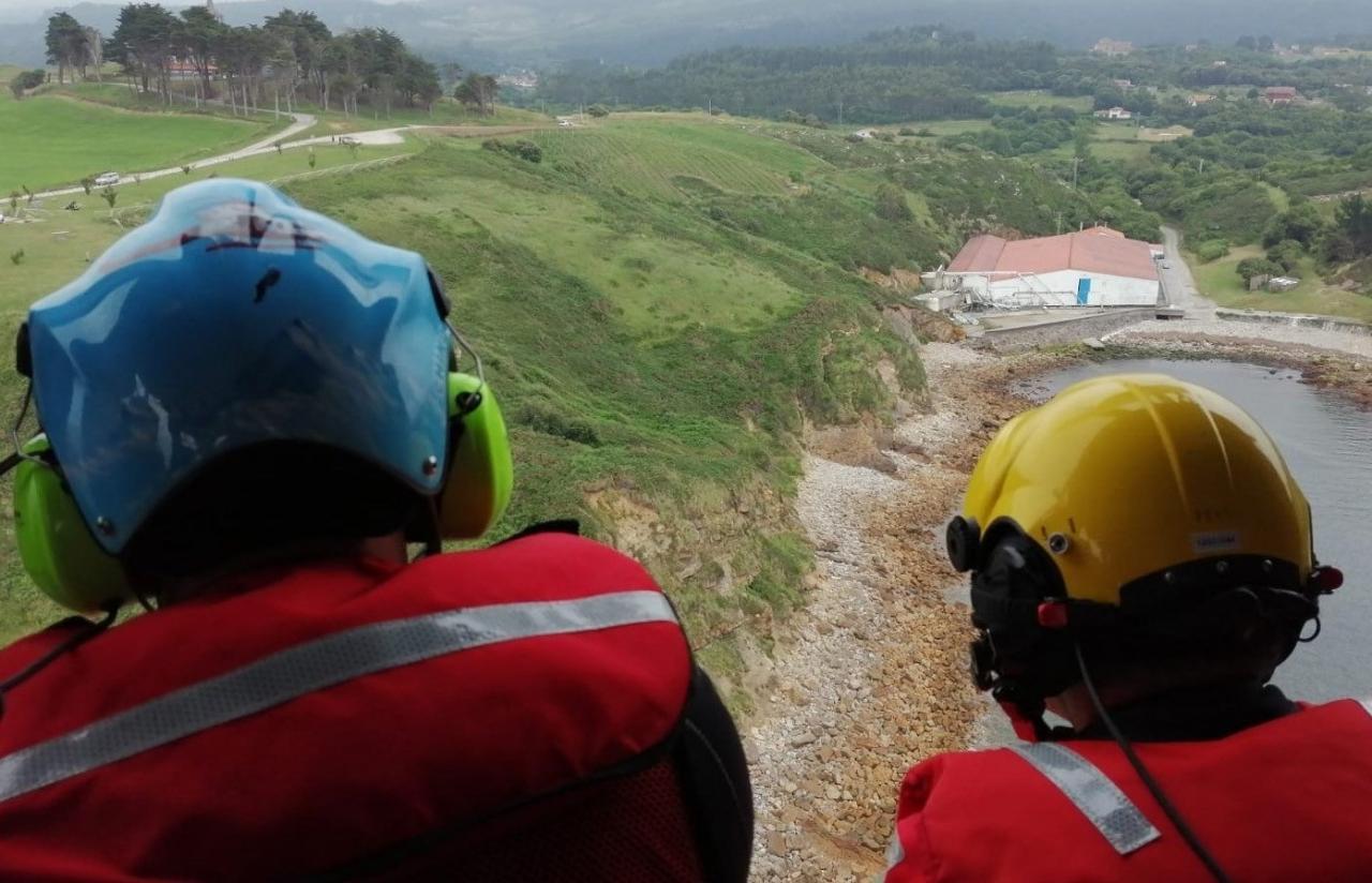 Buscan a un joven desaparecido anoche en una zona de acantilados en Cantabria