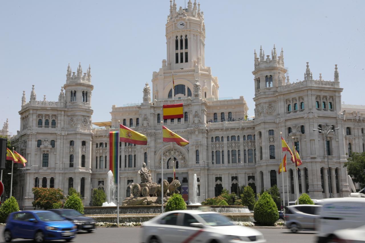 Polémica en Madrid: el ayuntamiento desplaza a un lateral la bandera del Orgullo y coloca en el centro una de España
