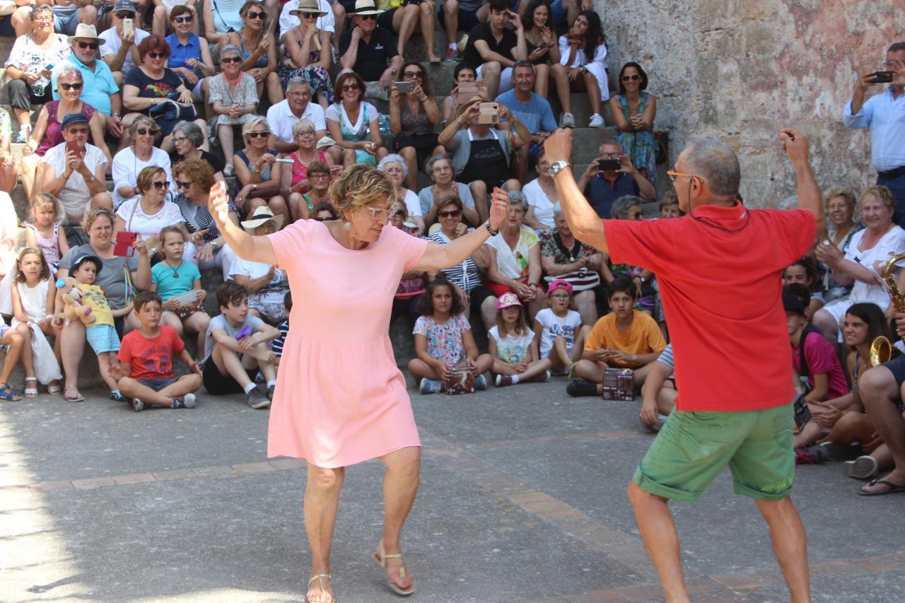 Fiesta de la Mare de deu de La Victòria. Baile de la alcaldesa, Bàrbara Rebassa junto a su marido. Fotos: Bárbara Corde