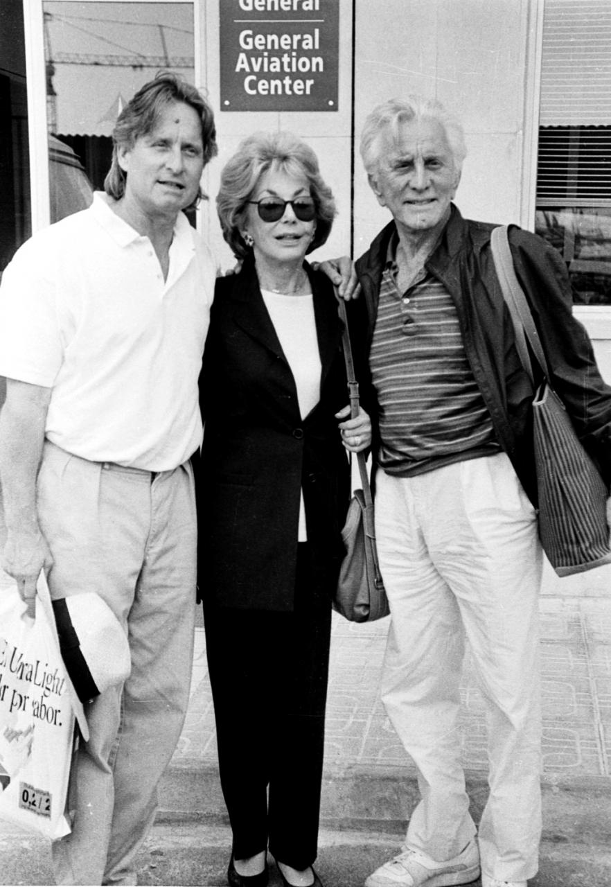 Michael Douglas, Anne Buydens y Kirk Douglas, en Mallorca