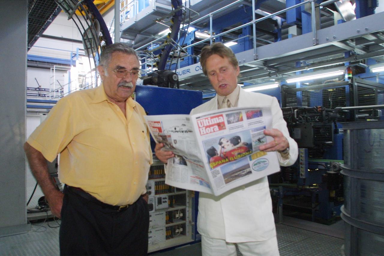 Pere A. Serra y Michael Douglas, en la planta impresora del Grup Serra