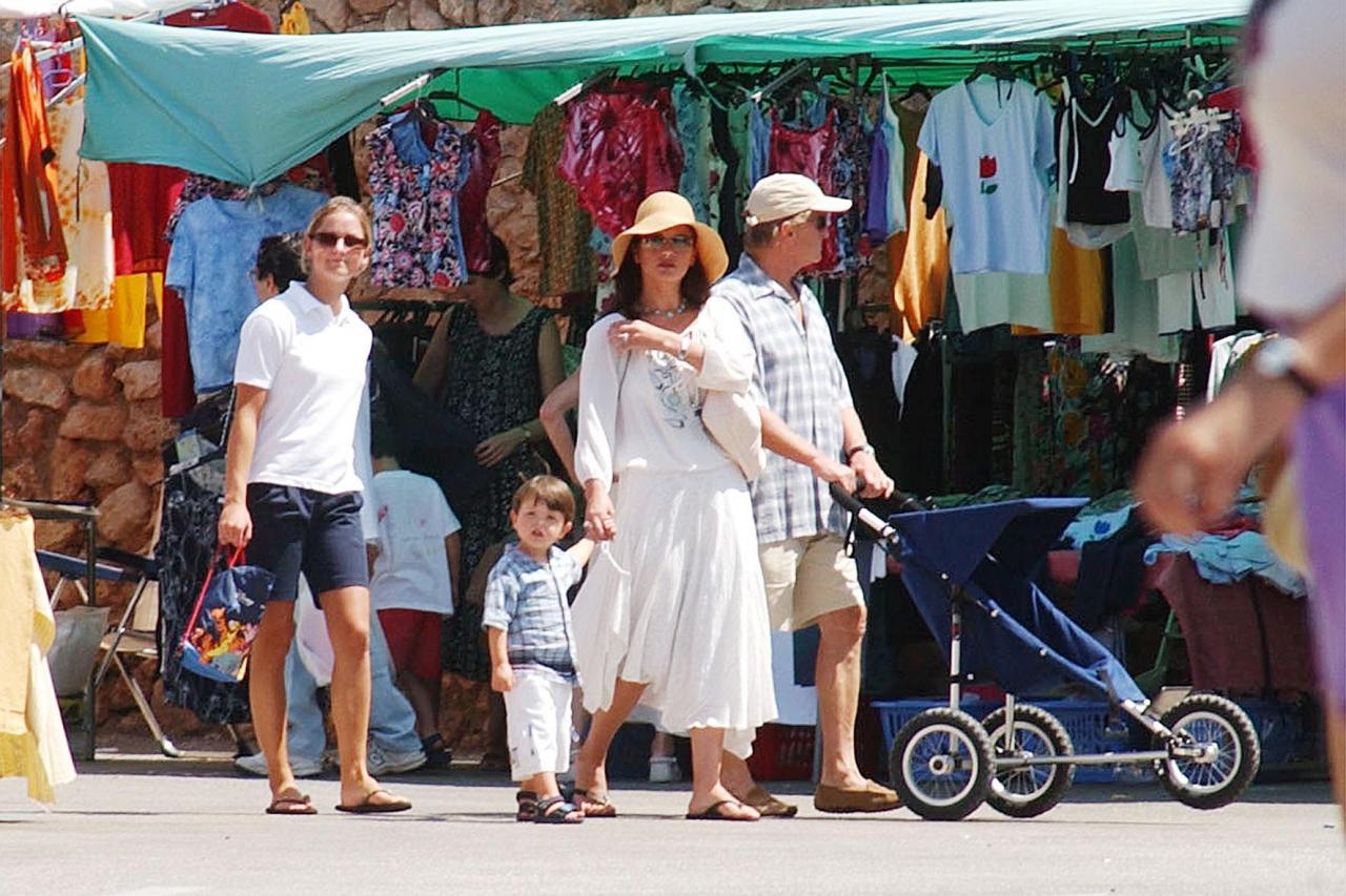 Catherine Zeta-Jones y Michael Douglas pasean con sus hijos por Valldemossa