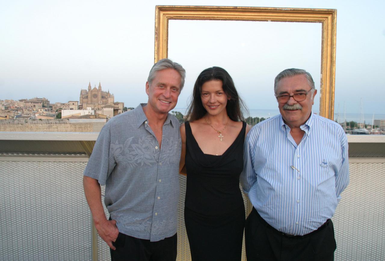 Michael Douglas, Catherine Zeta-Jones y Pere A. Serra, durante una visita a Es Baluard en Palma