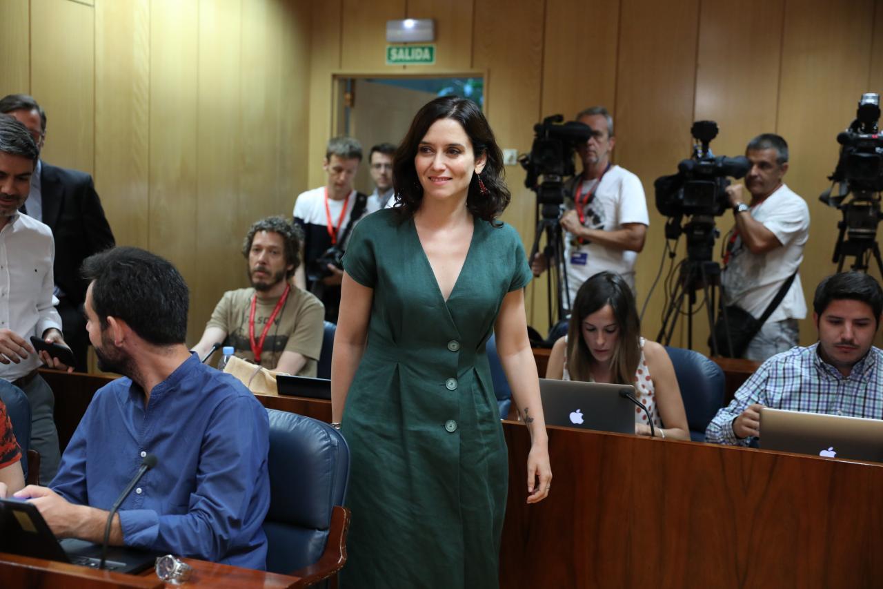 La candidata del PP a la Presidencia de la Comunidad de Madrid, Isabel Díaz Ayuso, se dirige a realizar una rueda de prensa tra