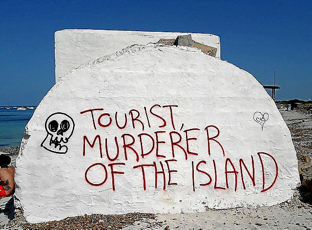 CAMPOS . INCIVISMO. Los búnkeres de es Trenc amanecen repletos de pintadas contra el turismo.