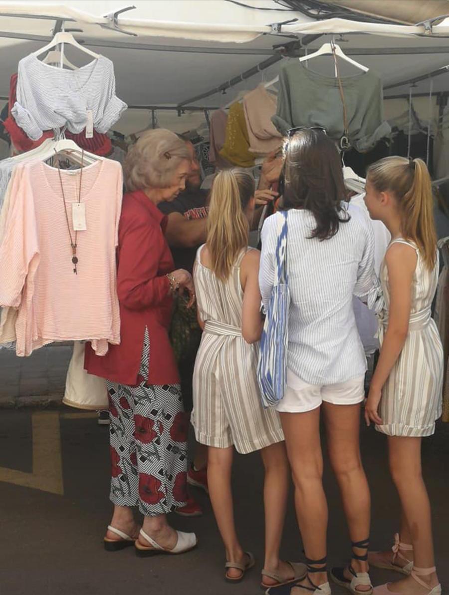 La reina Letizia, sus hijas y doña Sofía, de visita en el mercadillo de Pollença