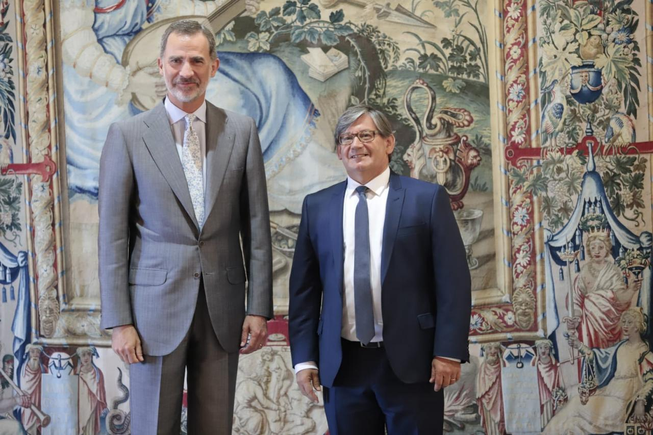 Felipe VI recibe a Armengol y a otras autoridades en La Almudaina