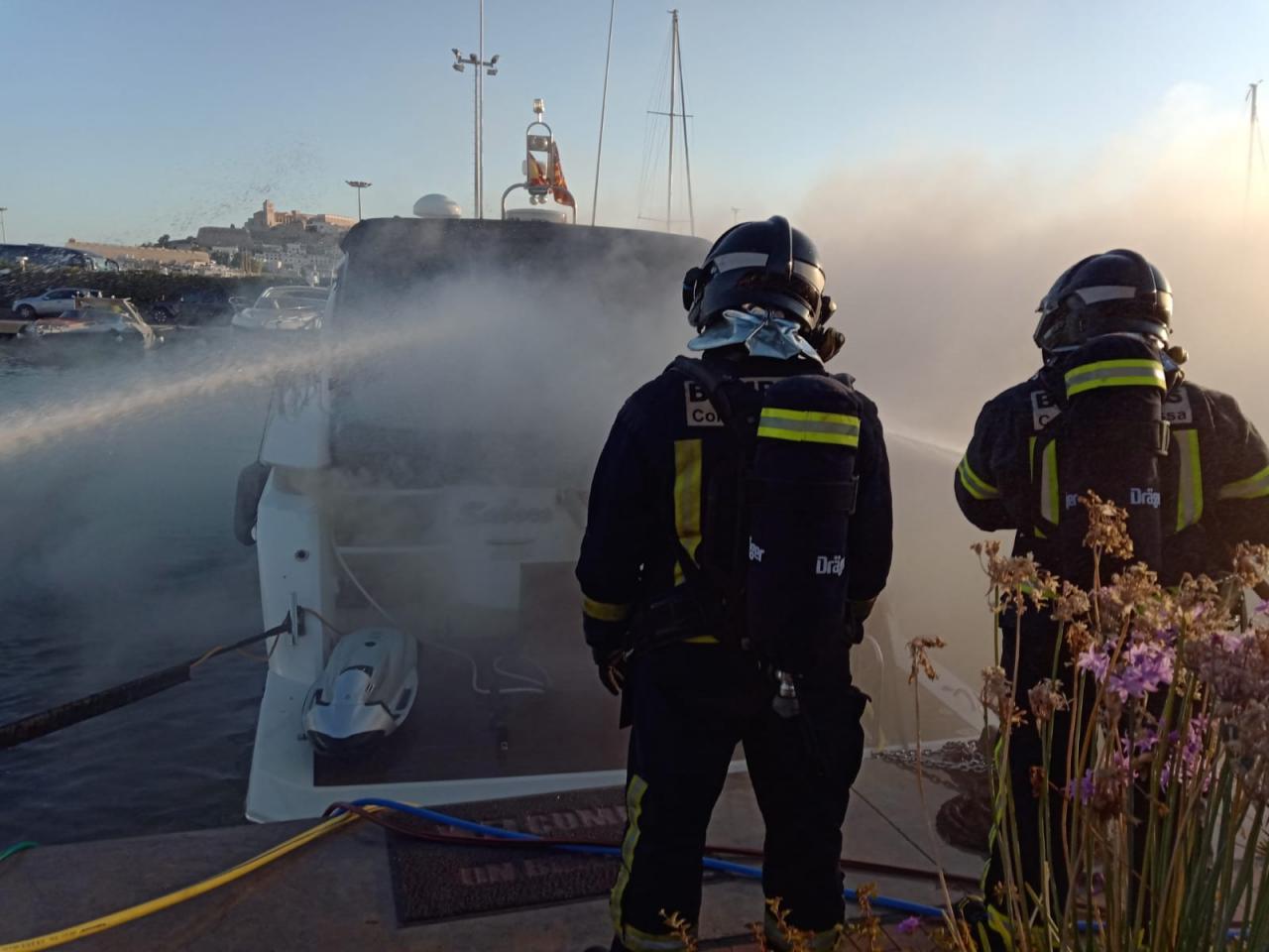 Se incendia un yate en el puerto de Ibiza