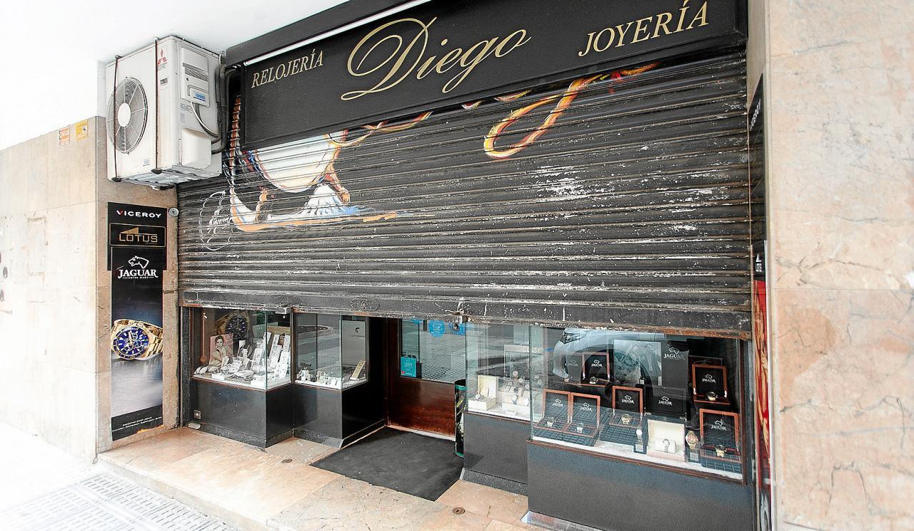 Ayer por la mañana la joyería permaneció cerrada mientras sus trabajadores arreglaban los daños causados por los ladrones.
