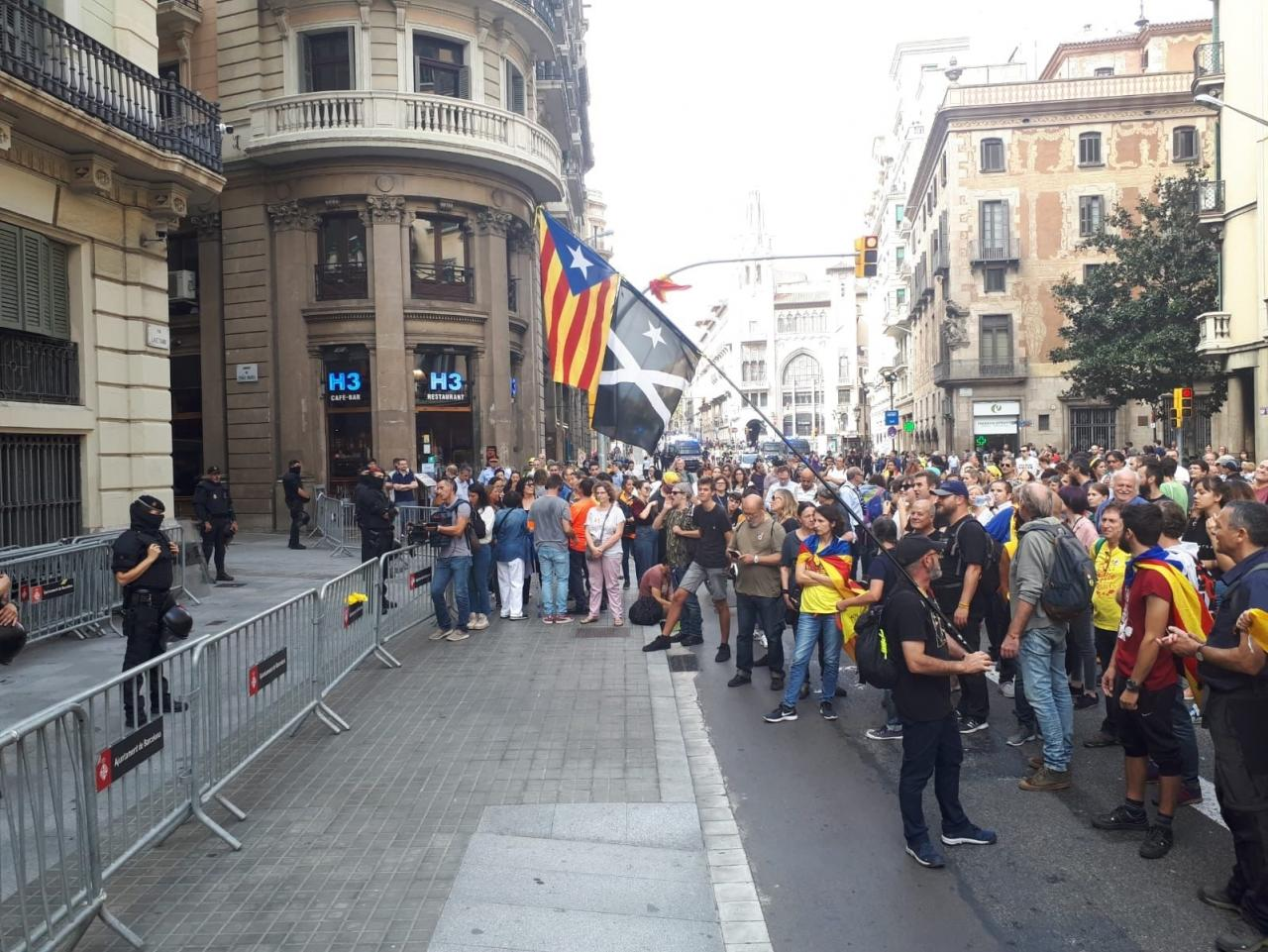 Una marcha independentista en Barcelona para ante la Jefatura de la Policía Nacional