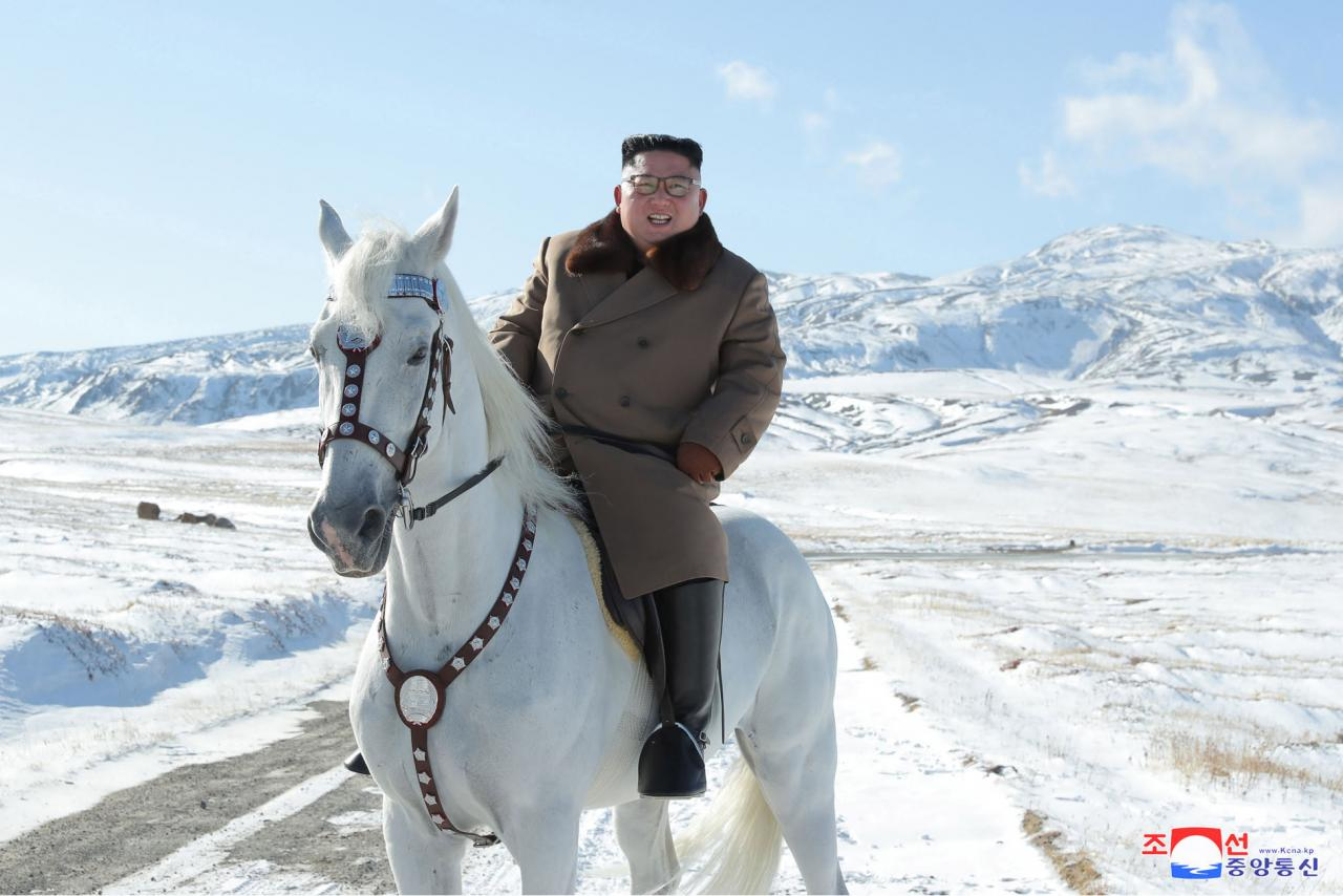 Kim Jong Un a lomos de un caballo en el monte Paektu