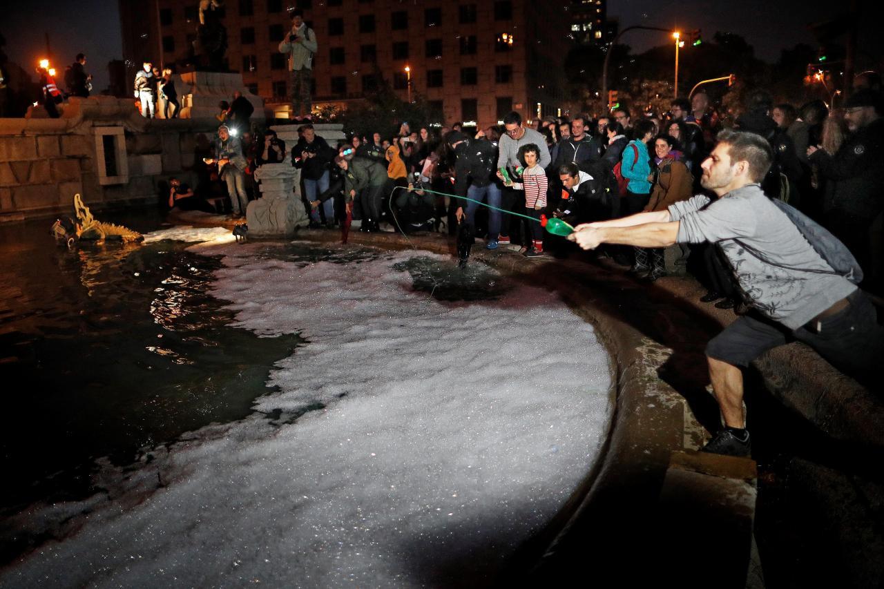 Centenares de personas se concentran en la plaza de España de Barcelona