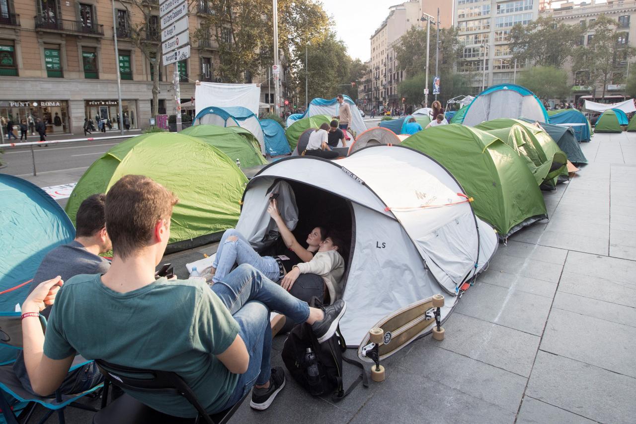 Estudiantes plantan tiendas de campaña en la plaza Universitat de Barcelona
