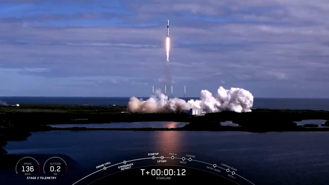 Lanzamiento del cohete Falcon 9 de Space X, que transporta la segunda tanda de 60 satélites Starlink