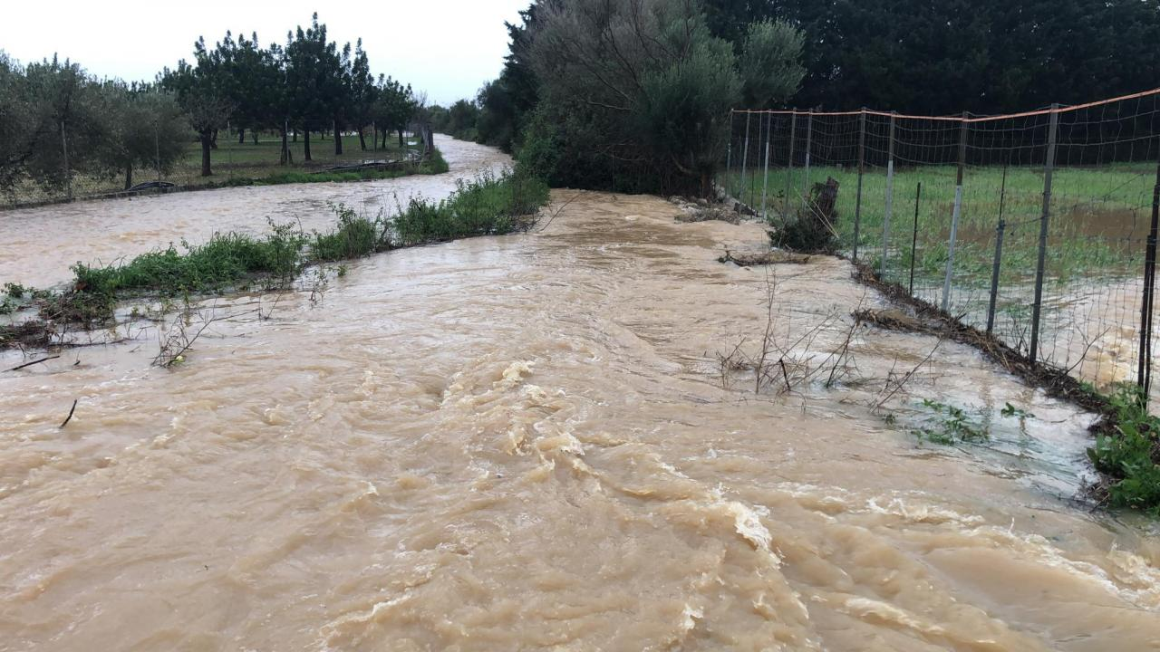 Torrentes desbordados y carreteras cortadas tras la tormenta