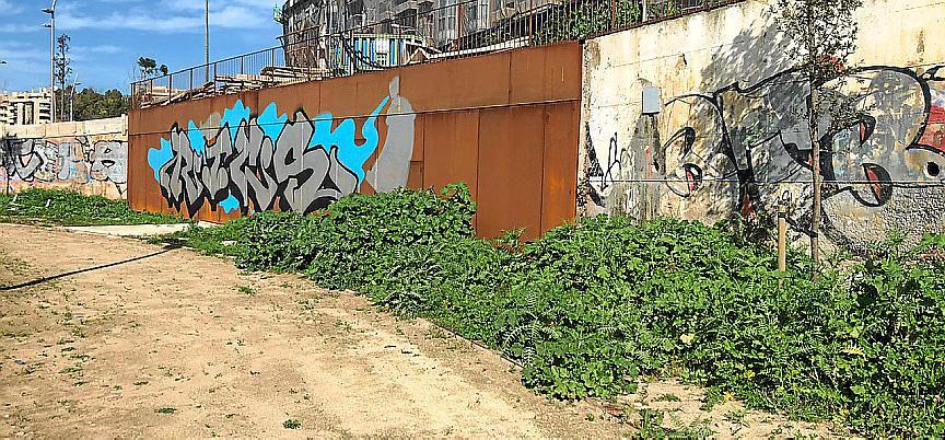 Abandono y desolación en la zona verde del Canódromo de Palma
