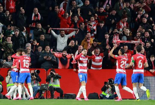 Los jugadores del Granada celebran el primer gol del equipo ante el Valencia.