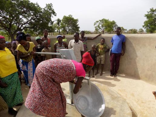 Acceso al agua potable en una comunidad de Kara, en Togo.