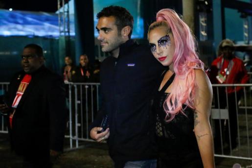 Lady Gaga y Michael Polansky tras el partido de la Super Bowl.