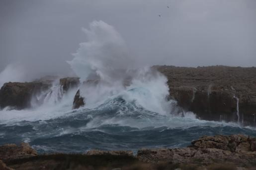La Agencia Estatal de Meteorología prevé olas de hasta cuatro a cinco metros en algunos puntos.