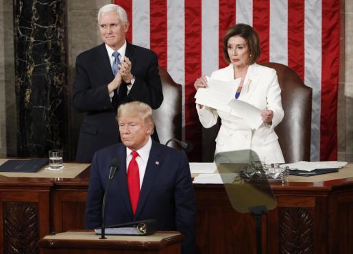 La congresista demócrata Nancy Pelosi (d) rompe este martes una copia del discurso sobre el Estado de la Unión del presidente estadounidense, Donald Trump (c), al final de la intervención del mandatario, en Washington (EE.UU.).