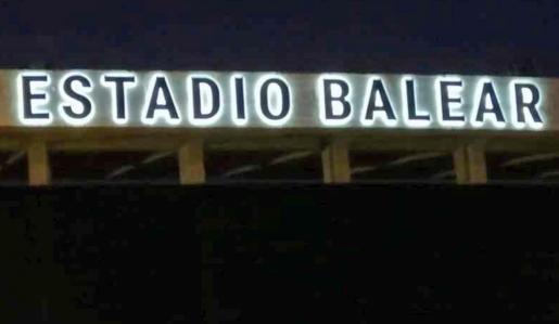 Imagen del nuevo rótulo iluminado que preside la facha del renovado feudo del Atlético Baleares.