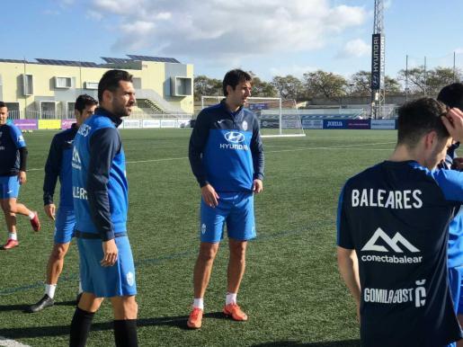 Dejan Lekic, en el centro de la imagen, durante el entrenamiento de este miércoles en Son Malferit.