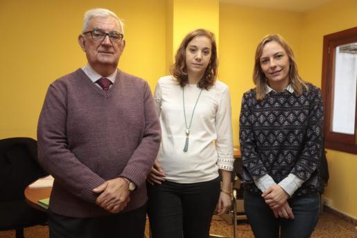 Laura Ribot junto a la abogada Mercè Sabater y del graduado social Marc Sabater.