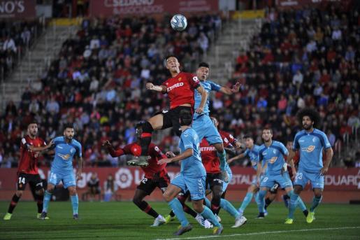 Martin Valjent, defensa del Mallorca, salta en busca del balón con un jugador del Levante en Son Moix.