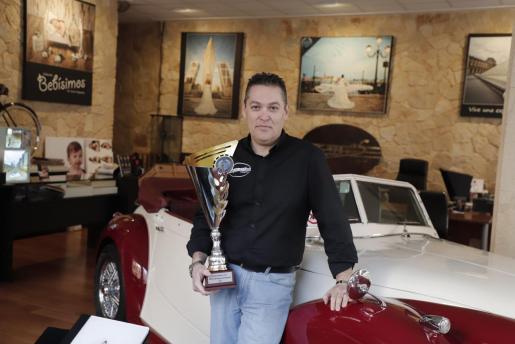 Enrique Medrano posa con el trofeo que recibió la pasada semana.