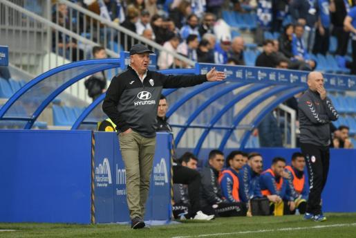 El entrenador del Atlético Baleares, Manix Mandiola, da instrucciones durante un partido en el Estadi Balear.