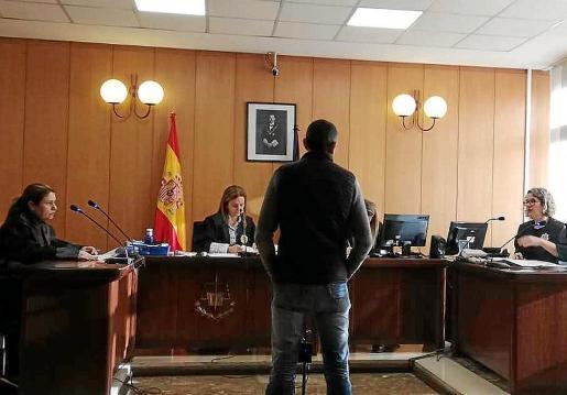 El procesado durante la vista oral celebrada en una sala de lo Penal de Vía Alemania.
