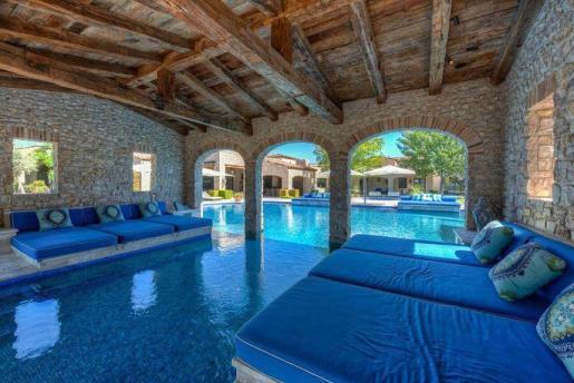Panorámica de la piscina cubierta de la mansión de Robert Sarver en Paradise Valley en Arizona.