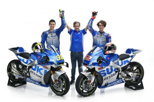 Joan Mir, Davide Brivio y Álex Rins, con los colores y las monturas de Suzuki para 2020.