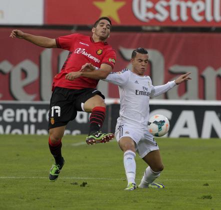 Raúl de Tomás, con la camiseta del Real Madrid Castilla pugna con Pedro Bigas en Son Moix durante su primer enfrentamiento contra el Real Mallorca.