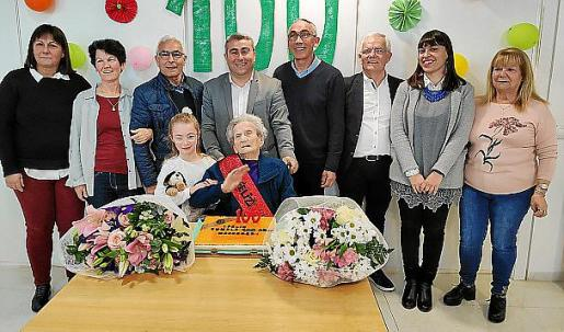 Mercedes Arjona con su familia y representantes municipales