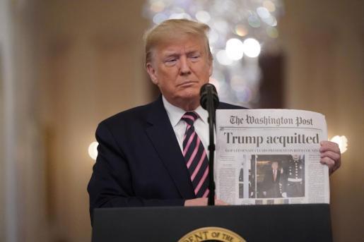 Donald Trump mostrando la portada del Washington Post.