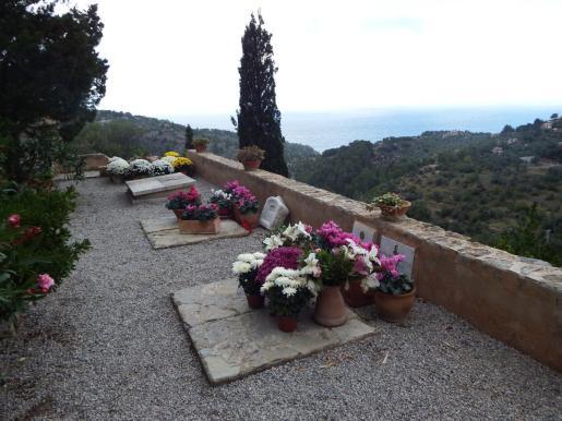 El cementerio de Deià es un privilegiado balcón sobre el mar.