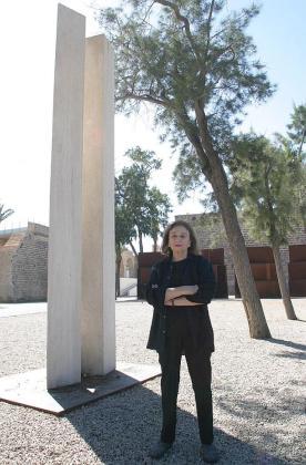 La artista Beverly Pepper ante su escultura en el Museu Es Baluard.