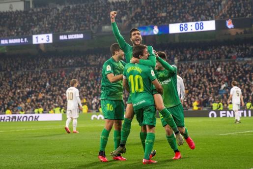 El centrocampista de la Real Sociedad Mikel Merino celebra un gol durante el partido de cuartos de final de la Copa del Rey contra el Real Madrid.
