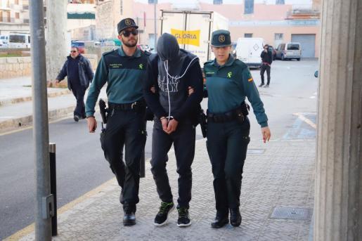 Tòfol Tauler, custodiado por dos guardias civiles en los juzgados de Inca, a principios de 2019.
