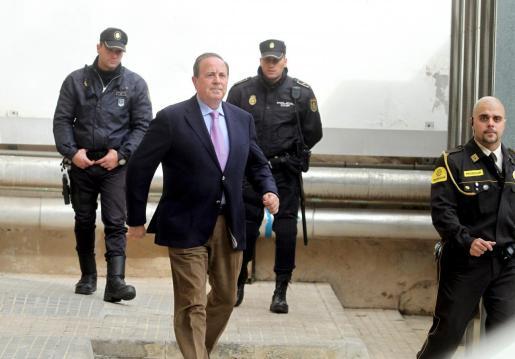 José María Rodríguez, exdelegado del Gobierno, víctima de un asalto en su domicilio.