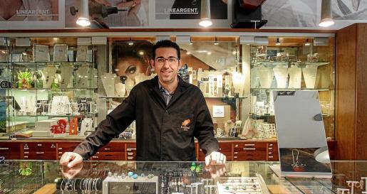 David Gibert es el propietario de la joyería Fet @mà, situada en Santa Eulària des Riu.