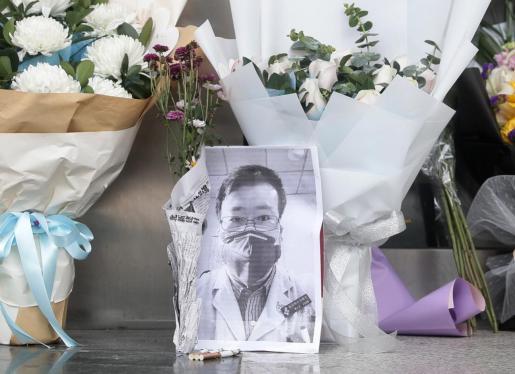 Flores por la muerte del doctor Li Wenliang.