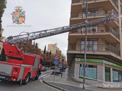 Los bomberos han asegurado la zona con la ayuda de la Policía de Palma.