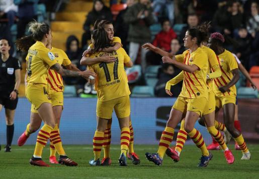 La jugadora mallorquina del Barcelona Patri Guijarro recibe la felicitación de sus compañeras tras marcar.